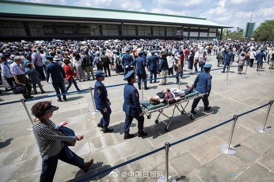 14万民众向日本新天皇朝贺 121人中暑