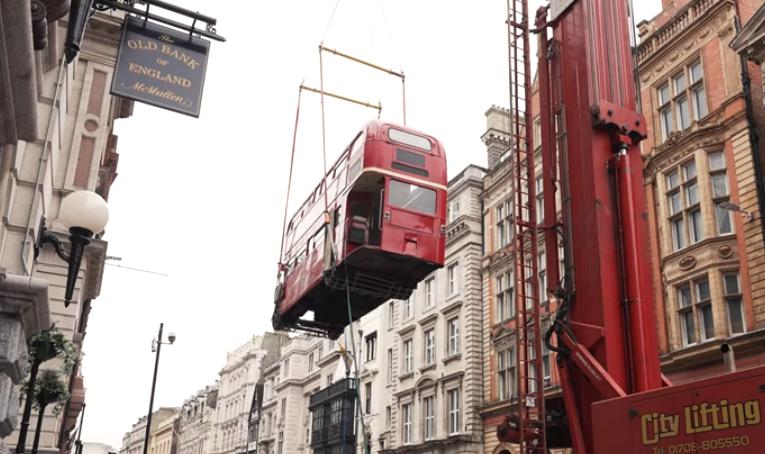 英国一双层巴士被改装成酒吧 由起重机吊到地面